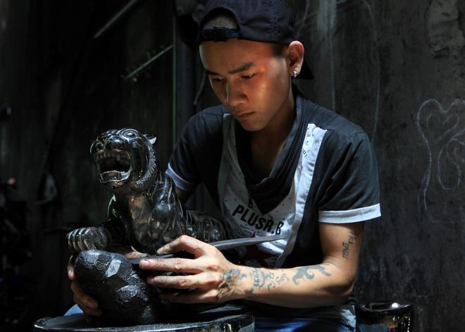 Một nghệ nhân đang trạm trổ than Kíp-lê