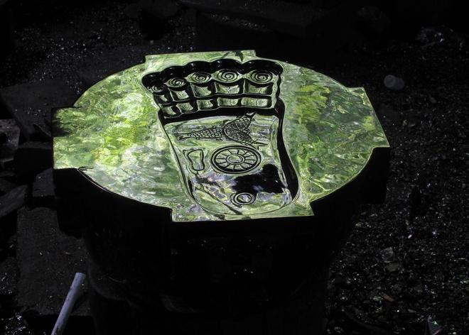 Những sản phẩm điêu khắc mang đậm tính tôn giáo như bàn chân Phật, Phật Di Lặc... có ý nghĩa mang lại sự giàu sang, phú quý.
