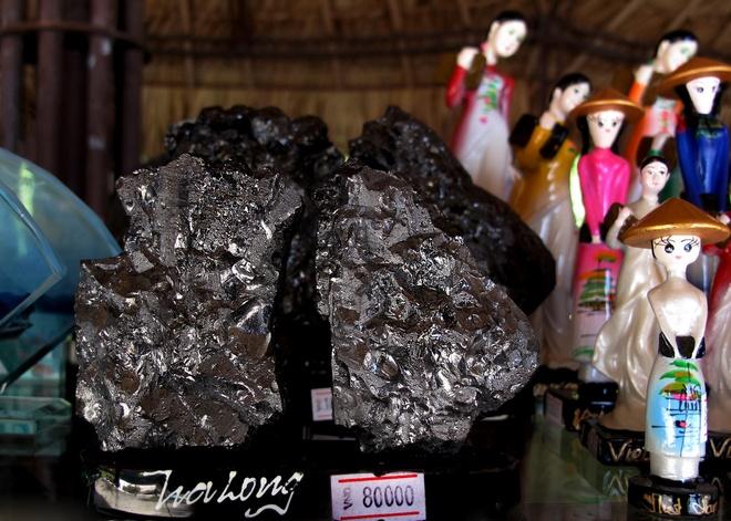 Những sản phẩm truyền thống, mang đậm nét riêng chỉ có ở Quảng Ninh như hòn gà chọi, hang luồn…