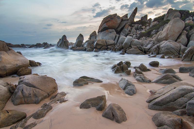 Những bờ biển có bãi đá đẹp ở Việt Nam
