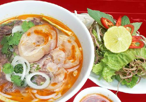 Món bún bò giò heo dân dã nổi tiếng ở Huế.
