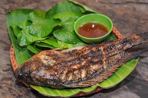 Cá rô phi nướng cũng là món ăn dân dã không kém phần thú vị. Cá phải được đánh bắt tươi sống thì thịt mới ngọt, bùi, béo nhưng không ngấy