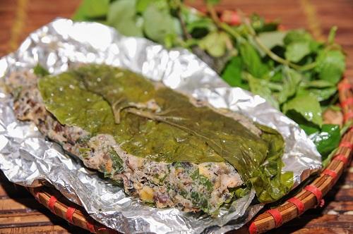 Vị giòn sần sật của ốc, vị beo béo của thịt lợn, vị the của rau răm và cái ấm áp của gừng... khiến cho miếng chả ốc Tây Hồ thêm tròn hương vị.