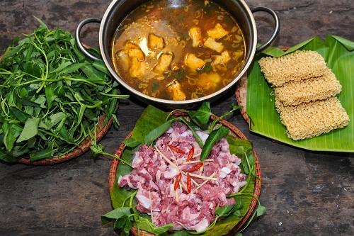 Nồi nước lẩu vàng sóng sánh, thịt sườn sụn sần sật cùng các loại rau ăn kèm khiến món lẩu cà ra sườn sụn ngọt ngào và thanh mát