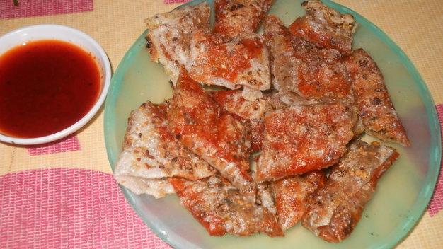 Đĩa bánh kẹp nướng vừa chín tới thơm nồng mùi bánh tráng dừa quyện cùng mùi patê, mùi tương ớt