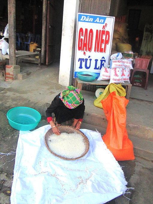 Đồng bào Thái bày bán gạo Tú Lệ ngay tại nhà mình