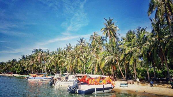 Đi dọc vịnh Nha Trang, đầm Nha Phu, chúng tôi nhanh chóng đến thị trấn Vạn Giã - Vạn Ninh - Khánh Hòa để kịp đón tàu lúc 9h đi đảo Điệp Sơn. Là hòn đảo nằm chơi vơi giữa vịnh Vân Phong gồm 3 đảo chính, từ 2 năm trở lại đây, Điệp Sơn nổi lên như một địa điểm check-in đáng mơ ước trong giới phượt thủ. Từ cảng Vạn Giã, chúng tôi đón chuyến tàu gỗ Phượng Đồng của người dân để bắt đầu hành trình khám phá Điệp Sơn.