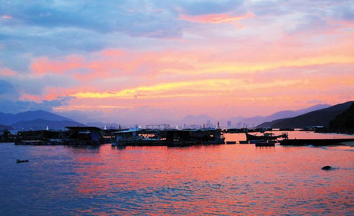 Tiếp tục di chuyển theo QL 29, cung đường ven biển nam Phú Yên là hoàng hôn đẹp lặng người dưới chân bãi Tiên.