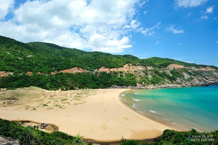 Bãi Môn với biển xanh, bờ cát vàng thoai thoải luôn là sự kết hợp hoàn hảo sau khi bạn tham quan hải đăng Đại Lãnh.