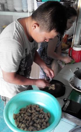 Người nhà anh Phúc bắt đầu chế biến món đuông xào củ hành