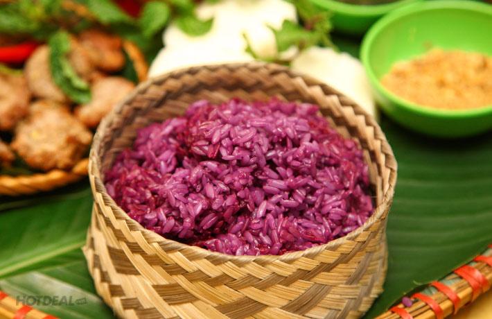 Thưởng thức hương vị bữa ăn truyền thống của dân tộc Thái ở Điện Biên