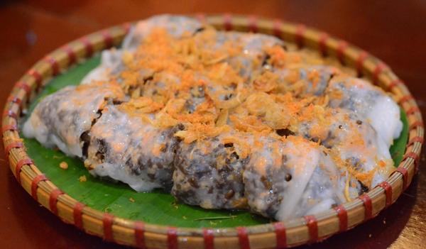 Từng chiếc bánh được phủ đều lớp thịt tôm màu cam hấp dẫn.