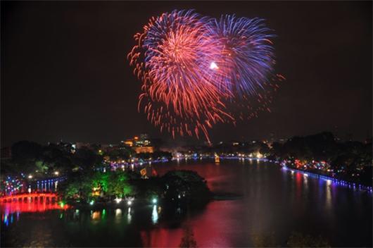 Hồ Gươm là điểm bắn pháo hoa hàng năm của Hà Nội.