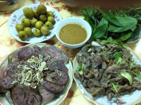 Thịt dê chấm với tương bần…
