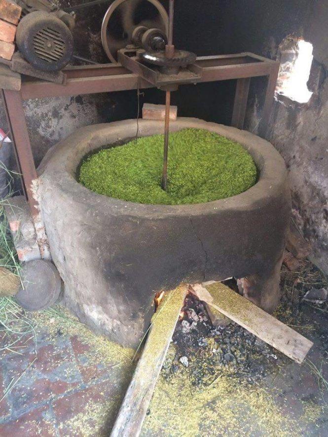 Bếp lò để rang cốm đắp bằng xỉ than nhưng không đốt than mà dùng củi