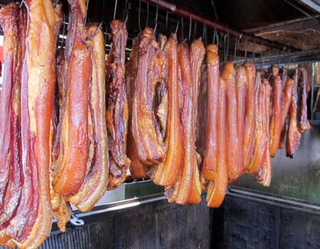 Thưởng thức món thịt hun khói ngon tuyệt chiêu của Tây Bắc