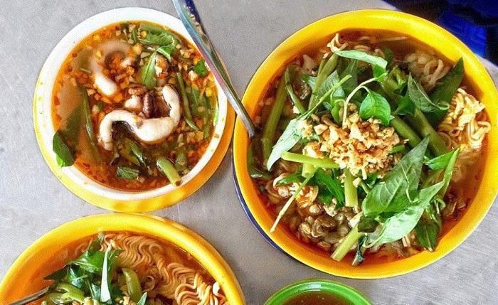 Mì Huế, một món ăn Huế rất bắt miệng.