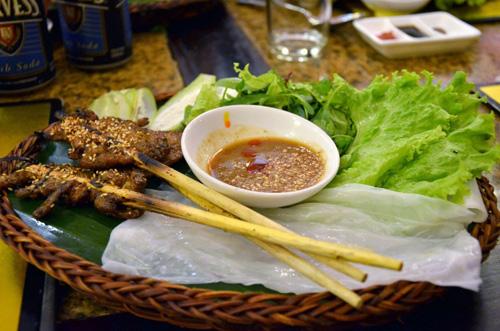Bánh ướt cuốn thịt nướng - phố ẩm thực bên bờ sông Hoài.