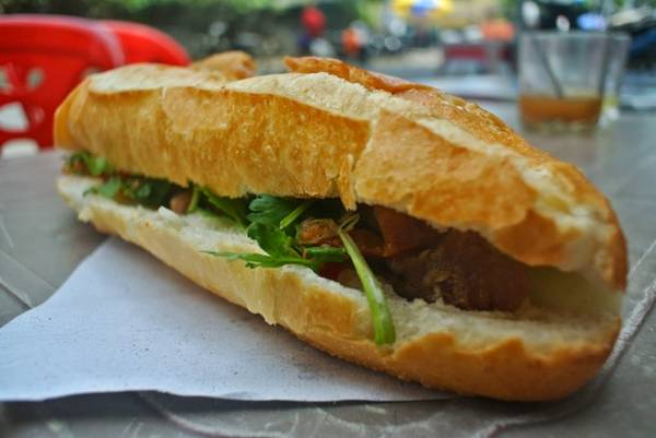Bánh mì Nha Trang nóng giòn. Ảnh: travelnhatrang