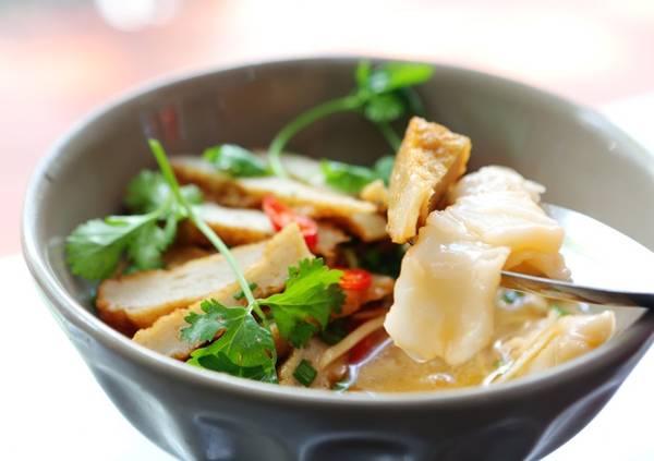 Tô bánh canh chả cá Nha Trang hấp dẫn.