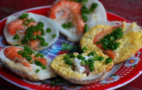 Bánh căn Nha Trang có hình dáng gần giống với chiếc bánh khọt của người miền Nam.