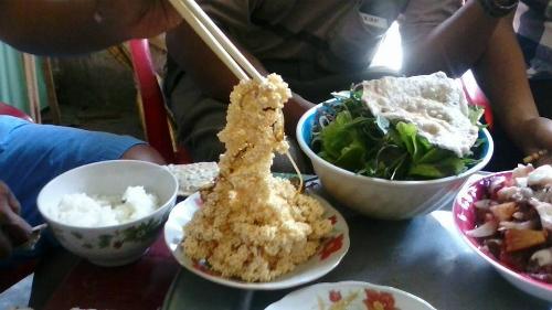 Trứng cá Chuồn thường được ăn kèm cùng với rau ngò.