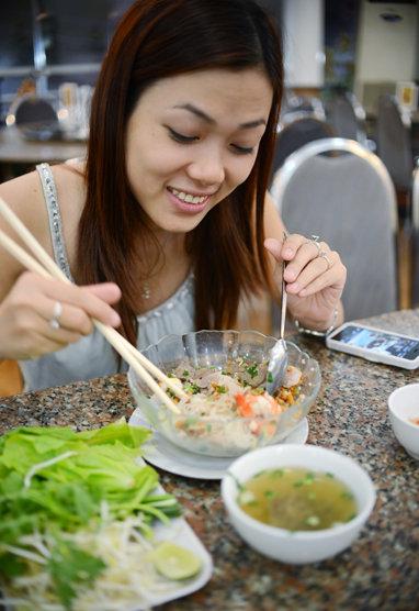 Ăn hủ tiếu Nam Vang tại một quán hủ tiếu ở Q.3, TP.HCM