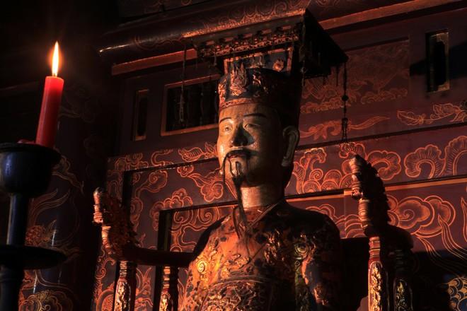 Gian giữa đền thờ tượng vua Đinh. Ngài ngồi trên ngai, dáng rất uy nghi, đường bệ như đang thiết triều.