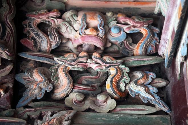 Đền vua Đinh Tiên Hoàng là một công trình kiến trúc độc đáo trong nghệ thuật chạm khắc gỗ của các nghệ sĩ dân gian Việt Nam ở thế kỷ 17. Đây cũng là công trình nghệ thuật đặc sắc với nhiều cổ vật quý hiếm được bảo tồn và là điểm du lịch văn hóa lịch sử đầy hấp dẫn dành cho du khách khi đến với Ninh Bình. Những con rồng trông rất sống động với nhiều hình thái khác nhau tạo cho chính cung một vẻ rực rỡ không khác gì cung điện thu nhỏ.