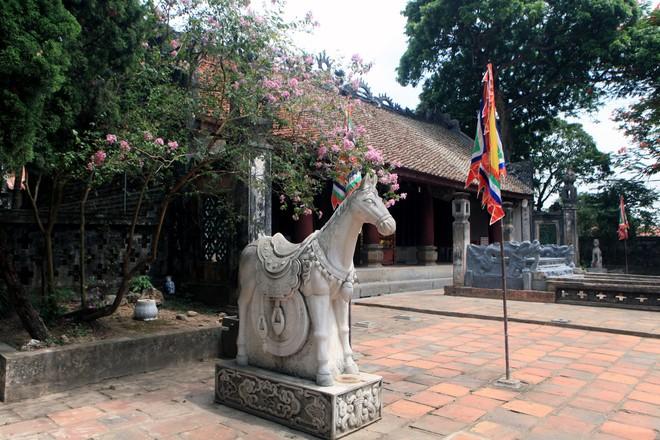 Xung quanh long sàng có cắm cờ tượng trưng cho các đạo quân, nghê chầu, ngựa trắng...