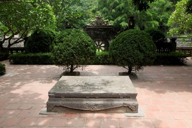 Đối diện với bình phong là sập long sàng bằng đá, hai bên có hai nghê chầu bằng đá xanh nguyên khối gợi lòng sùng kính đối với vua Đinh.