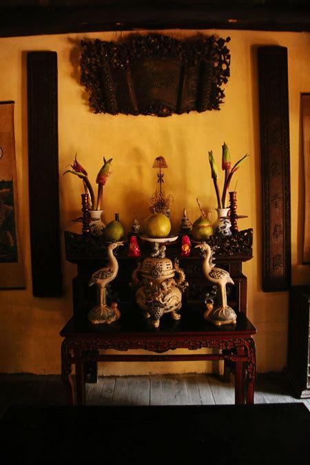 Vật dụng trong nhà chủ yếu là đồ gỗ, gốm sứ và mây tre đan truyền thống đã nhuộm màu thời gian.