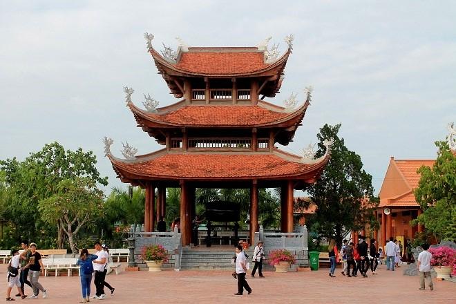 Khuôn viên Thiền viện được bài trí cân đối và hài hòa