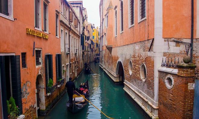 Hình ảnh quen thuộc dễ bắt gặp ở Venice là những chiếc thuyền truyền thống mang tên Gondola. Chi phí mà khách du lịch phải trả một chuyến Gondola vòng quanh đảo cũng khá cao, khoảng 70-100 euro một thuyền.