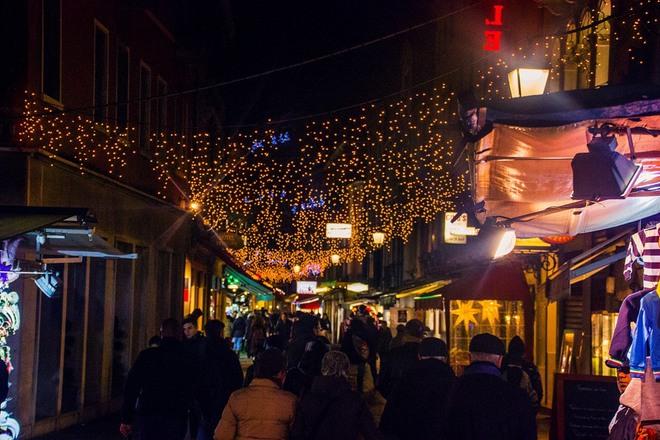 Đêm đến cũng là thời điểm mọi người đổ dồn về các con phố lớn, nơi tập trung nhiều cửa hiệu mua sắm, nhà hàng ăn và các quán cà phê. Thời điểm cuối năm đường phố được trang hoàng lung linh. Venice vẫn luôn vậy, lãng mạng trên mọi nẻo đường, nếu có dịp tới đây du khách nên đi cùng người yêu hoặc người bạn đời để cảm nhận hết được nét thơ mộng của Venice – bản tình ca ngọt ngào của Italy.