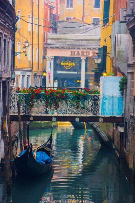 Những khung hình lãng mạng nhất ở Venice có lẽ là các góc phố nhỏ, nơi thuyền yên bến lặng.Venice rất nhẹ nhàng, mỗi góc đều có một vẻ đẹp riêng như từng vần thơ gieo vào lòng người.