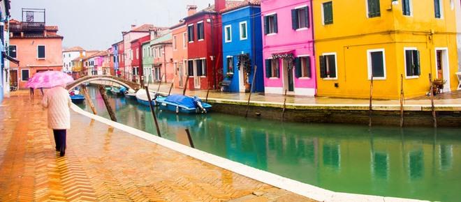 Ngoài đảo chính Venice, nơi đây còn nhiều hòn đảo nhỏ khác mà du khách có thể đi bằng tàu cao tốc ra thăm quan, nổi tiếng nhất là Murano và Burano. Nếu Murano hấp dẫn bởi có những xưởng sản xuất thủy tinh truyền thống của Venice từ lâu đời, thì Burano lại nổi tiếng bởi những ngôi nhà sặc sỡ sắc màu. Mỗi nhà có một màu sơn riêng, không căn nào giống căn nào, đưa du khách như lạc vào thế giới cổ tích vậy.