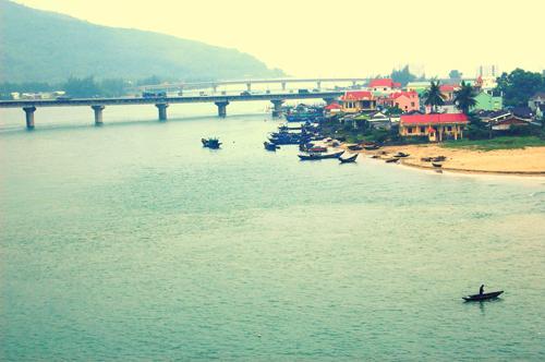 Vịnh Lăng Cô đẹp  yên bình nhìn từ đèo Hải Vân