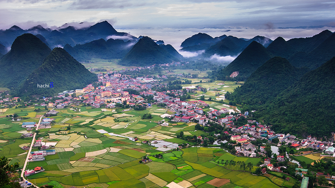 Thung lũng lúa Bắc Sơn rộng lớn với khung cảnh non nước hữu tình mỗi sớm bình minh. Thị trấn nhỏ xinh này nằm trọn trong lòng thung lũng, bao quanh là các núi đá vôi.