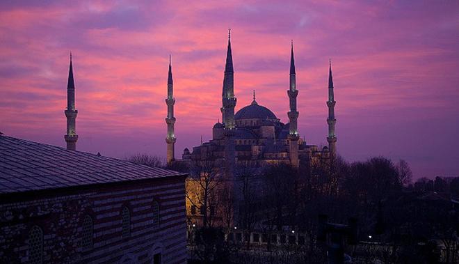 """Thành phố xinh đẹp và cổ kính của Thổ Nhĩ Kỳ tụt 4 hạng so với năm ngoái. Một trong những lý do khiến Istanbul bị ảnh hưởng là các cuộc biểu tình trong năm. Tình hình chính trị bất ổn được xem là một trong những """"điểm chết"""" của du lịch mà thủ đô Bangkok của Thái Lan là minh chứng điển hình nhất"""