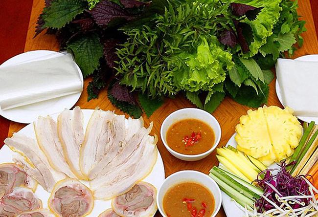 Bánh tráng cuốn thịt heo luôn ăn kèm với rất nhiều loại rau sống