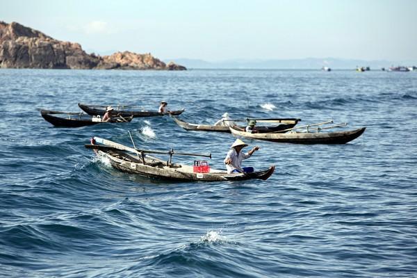 Ngư dân câu cá trên biển