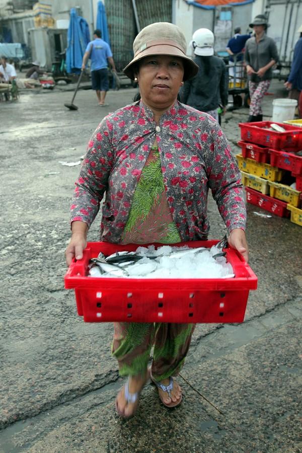 Cá từ chợ cá Hàm Tử được vận chuyển đi các nơi tiêu thụ 2