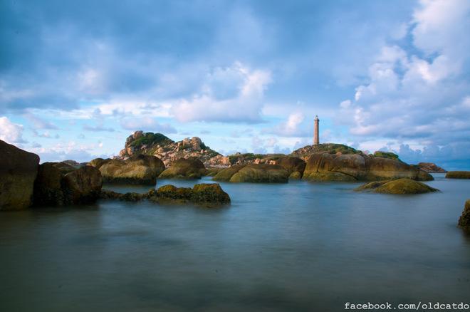 Không chỉ có tầm quan trọng trong giao thông đường biển, hải đăng Kê Gà còn là một điểm tham quan độc đáo. Du khách muốn ra thăm hải đăng có thể đi thuyền ra Hòn Bà, rồi leo lên Hải đăng nhìn ngắm toàn cảnh.