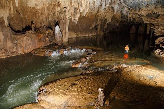 Bơi trong hang tối Tú Làn ở Quảng Bình
