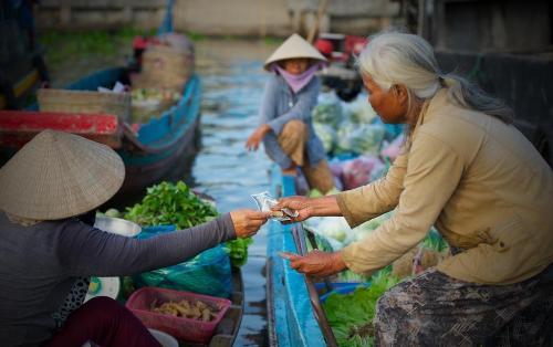 Với 10.000 – 20.000 đồng du khách sẽ được ngồi trên ghe dạo toàn cảnh khu chợ. Ảnh: Saigonphoto