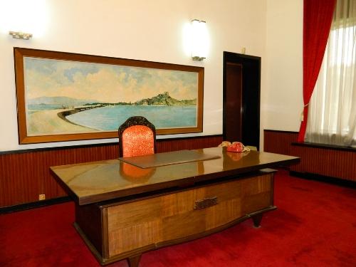 """Phòng làm việc của tổng thống, ở sau bàn làm việc là bức tranh """"Cầu Tri Thủy"""" ở cảng biển Ninh Chử."""