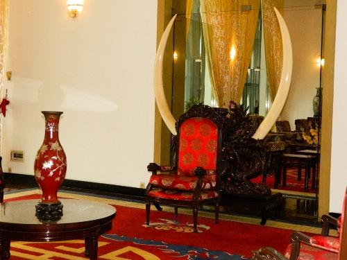 Cặp ngà voi được xem là lớn nhất ở Việt Nam ở phòng khách của tổng thống.