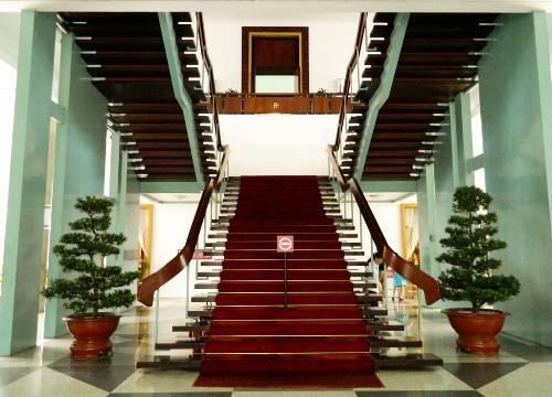 Cầu thang được thiết kế độc đáo trong công trình dinh.