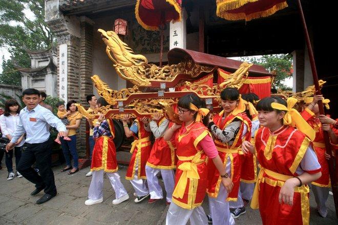 Kiệu Mỵ Châu được rước từ đình Cổ Loa sang đền Thượng từ chiều mồng 5 (thể hiện con gái sang thăm vua cha).